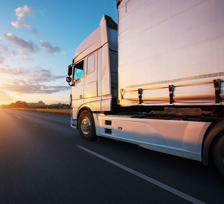 Biały samochód ciężarowy nadrodze